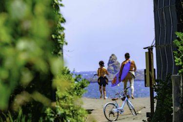 湘南 烏帽子岩を見渡せる海への道とサーファーのポイントと道具